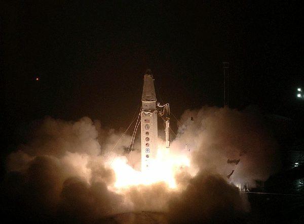 На этом фото, предоставленным Агентством по противоракетной обороне, старая межконтинентальная баллистическая ракета запускается в качестве мишени во время испытания противоракетной обороны, на острова Кадьяк, штат Аляска.