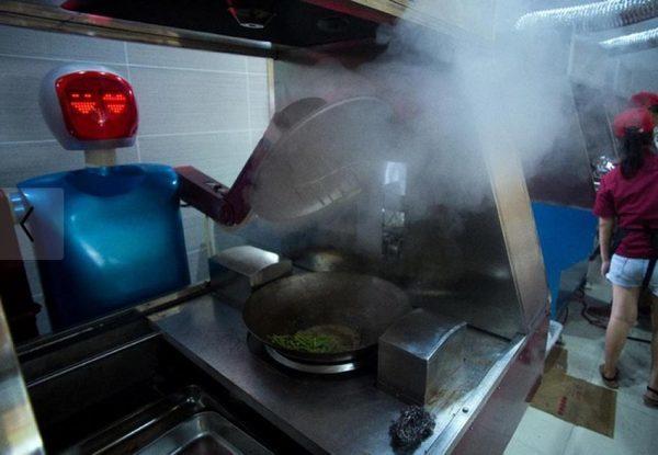 Робот повар что то готовит