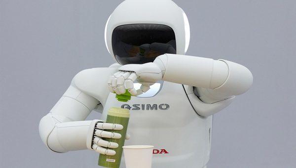 Honda ASIMO наливает сок