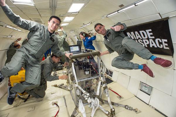 Команда на земле проводит испытания космического 3D принтера