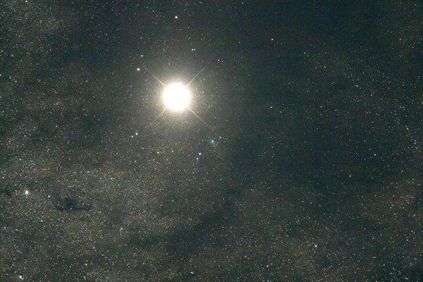 Комета чуть ниже с права, на фоне Марса
