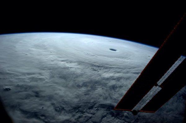 Астронавт Reid Wiseman написал в twitter с хештегами #SuperTyphoon #Vongfang – Я видел много тайфунов от сюда, но ни одного как этот... Снимок был сделан с МКС.