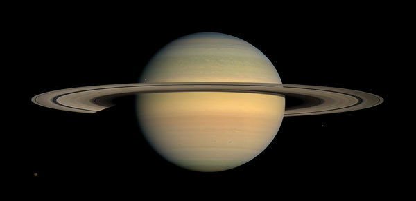 Сатурн - шестая планета от Солнца и вторая по размерам планета в Солнечной системе после Юпитера.