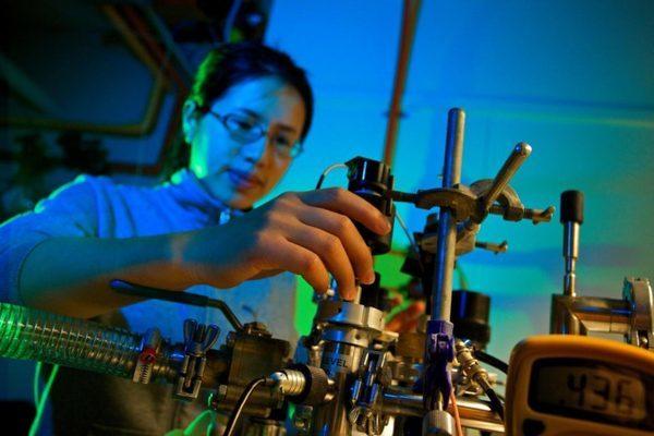 Маньцзинь Чжун в лаборатории спектроскопии центра ANU