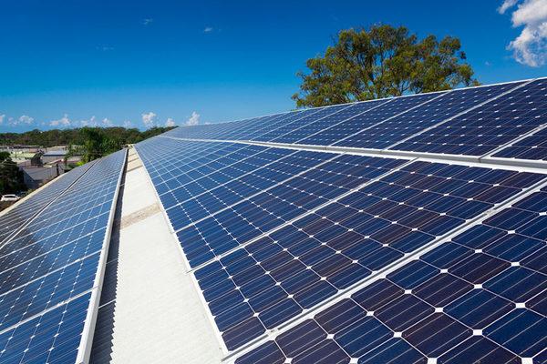 Полностью оборудованная крыша солнечными панелями