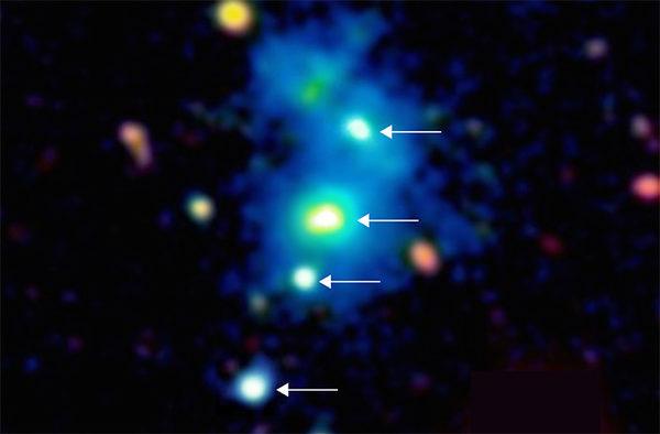 Четыре квазара указаны стрелками.