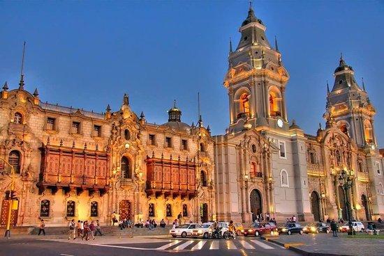 zLima la cathédrale et le Palais du gouvernement.jpg