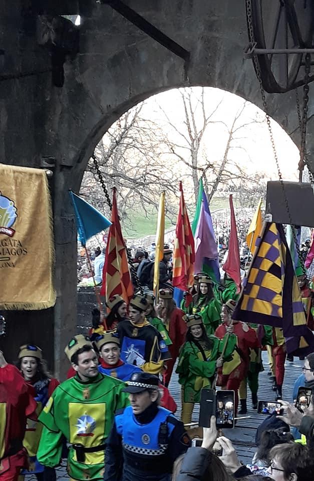 Pampelune entrée des bannerets du cortège royal.jpg