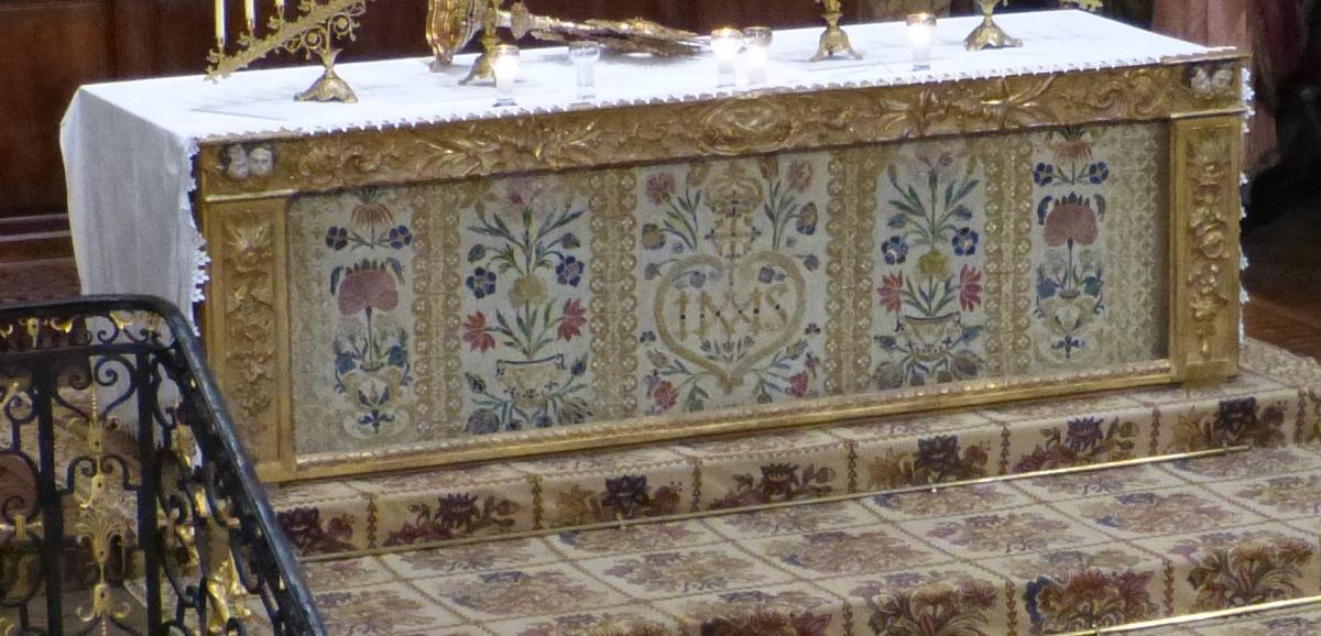 autel avec habits sacerdotaux.jpg