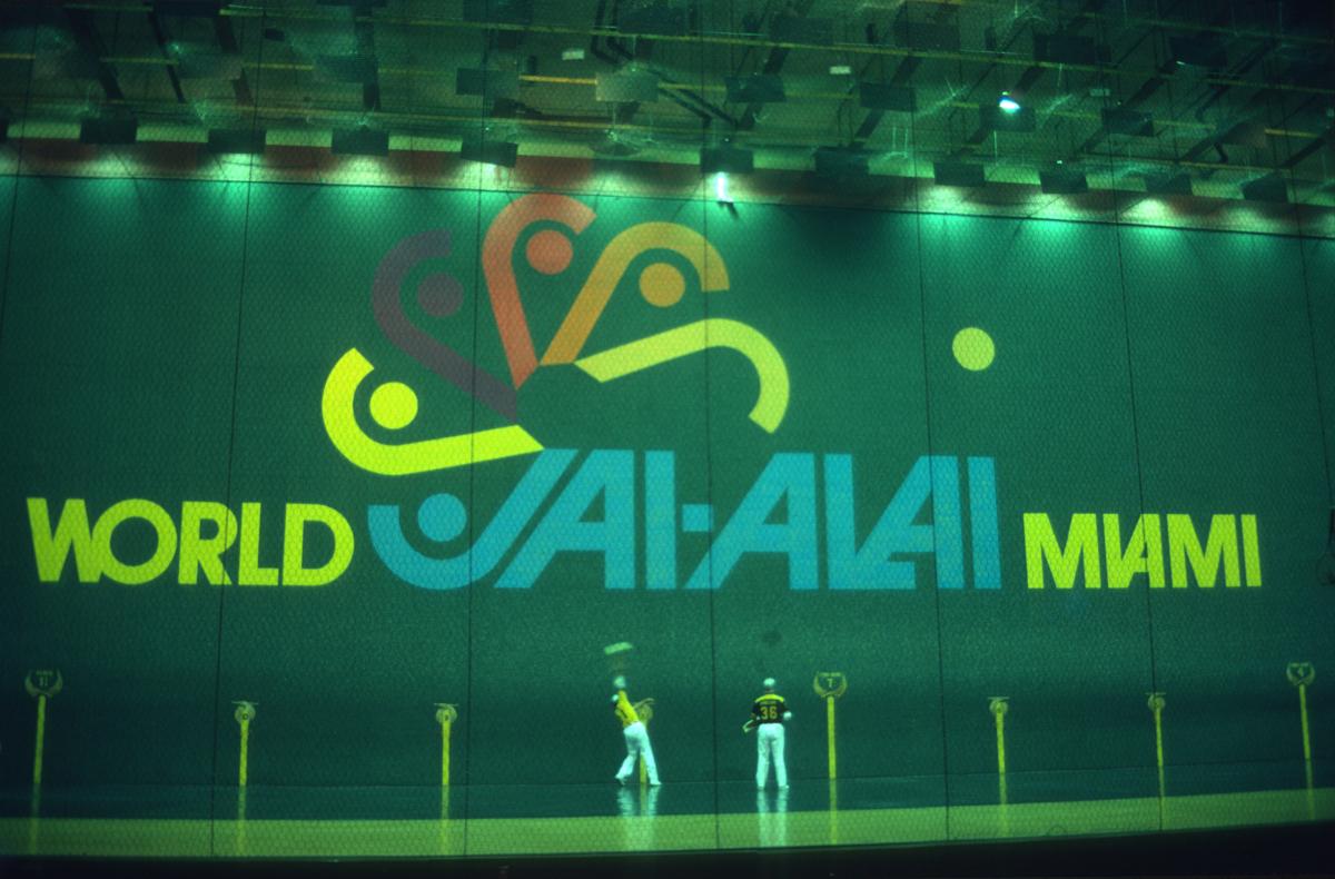 Cesta punta sur fond de jeux d'argent au Jai Alai de Miami.jpg