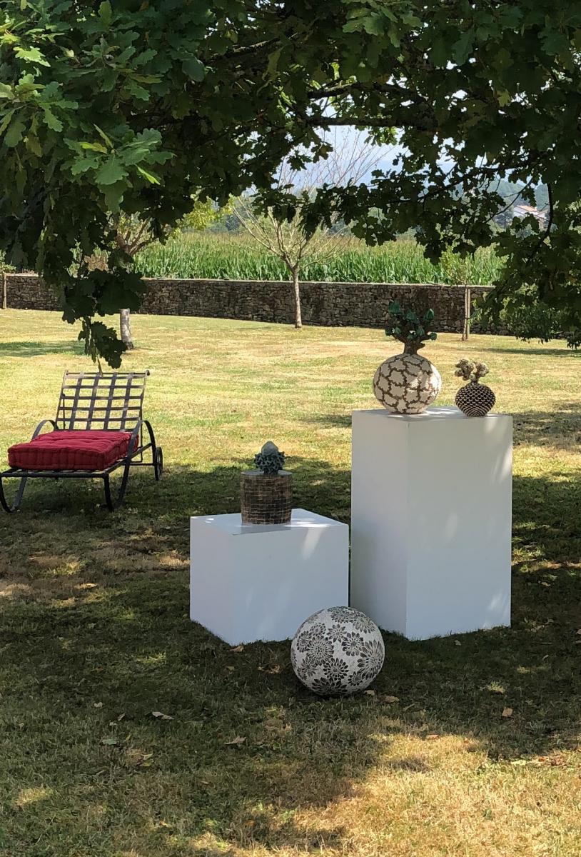 Ecrin champêtre pour des céramiques et verreries sculptées à Sare