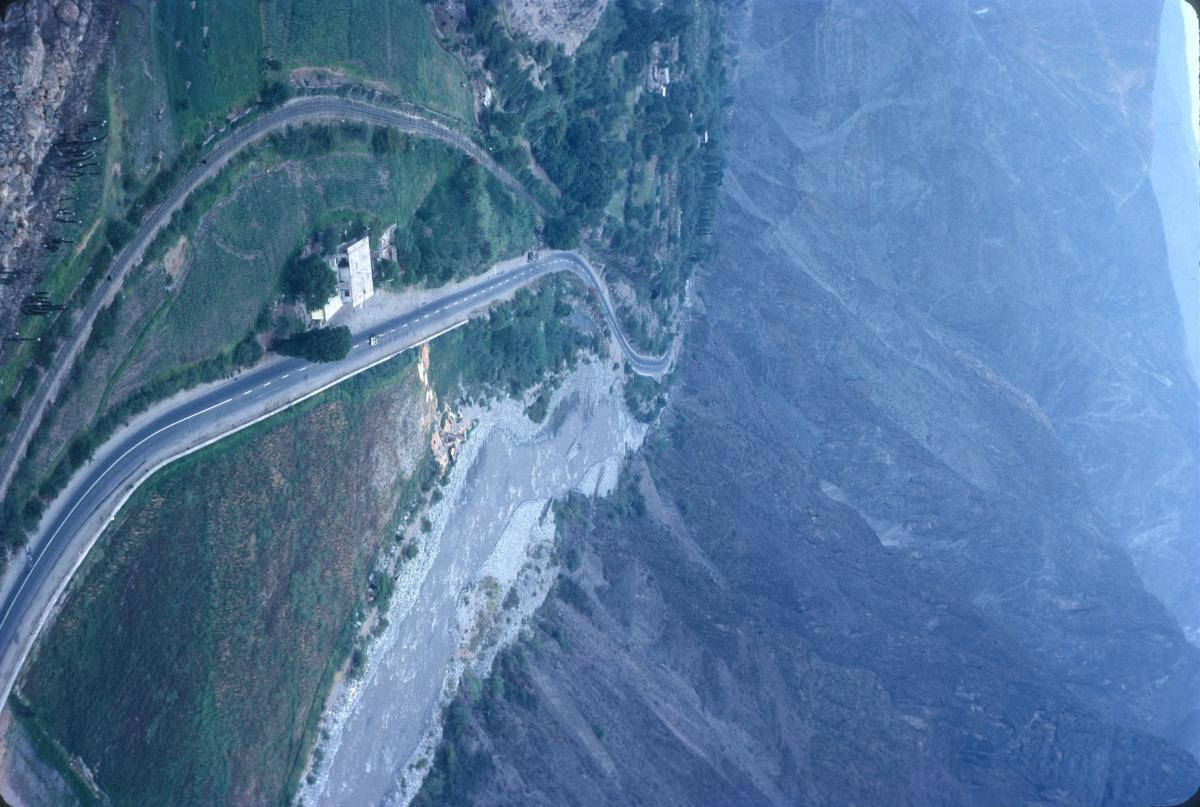 z Routes et voies ferrées longent les rivières au pied des hautes montagnes.jpg