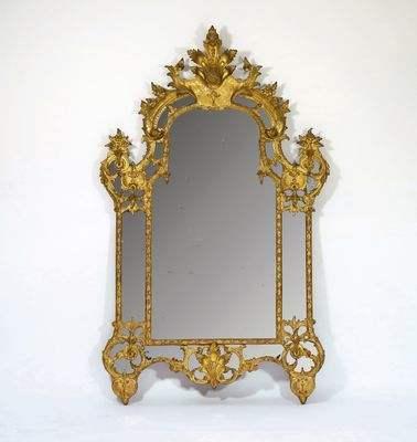 Miroir d'époque Régence à parecloses en bois sculpté à motifs de Bérain