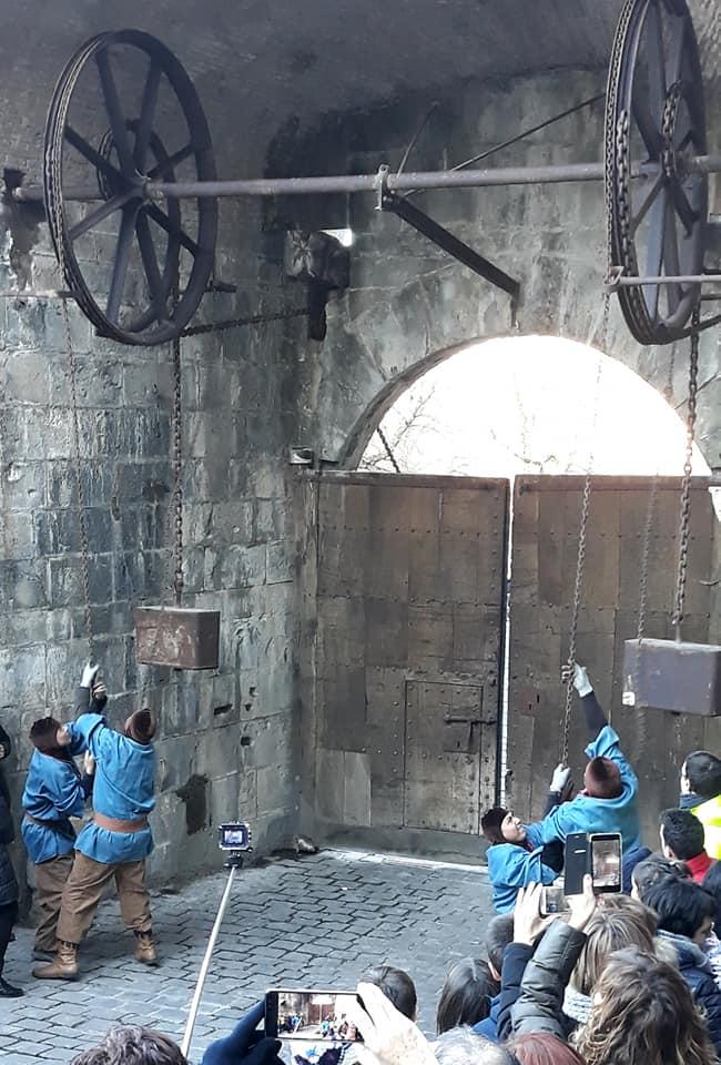 Pampelune ouvre ses portes au cortège royal.jpg