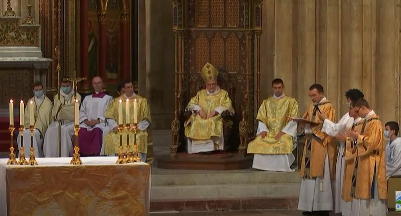 zDevant Mgr Aillet, les remerciements et la prière des nouveaux diacres.jpg