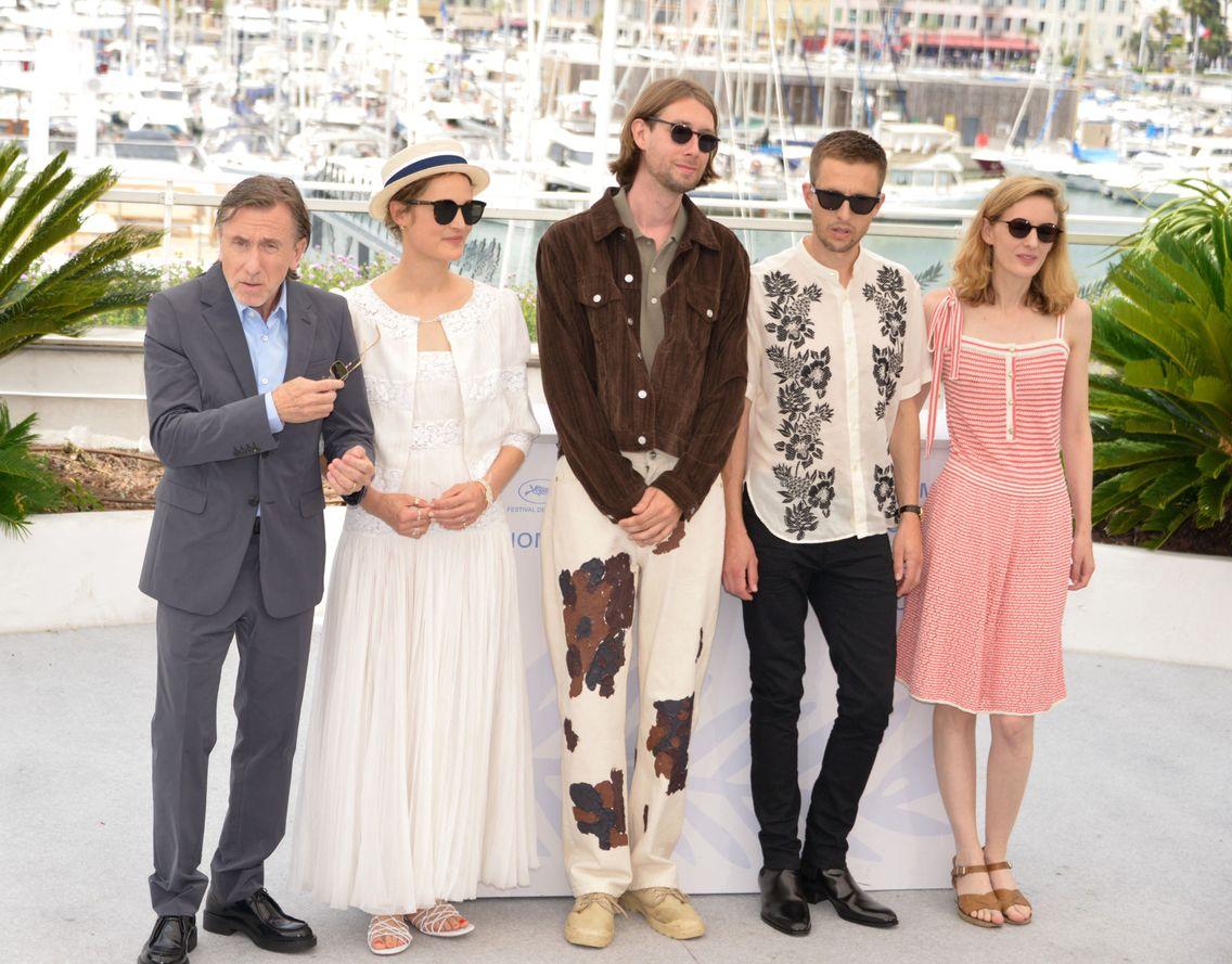 zCinéma1 BAS 2 La cinéaste Mia Hansen-Love (à droite) et l'équipe du film Bergman Island à Cannes © AFP.jpg