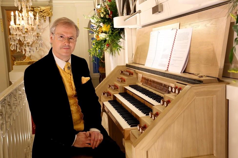zMusique2 Aurnague à l'orgue de face.jpg
