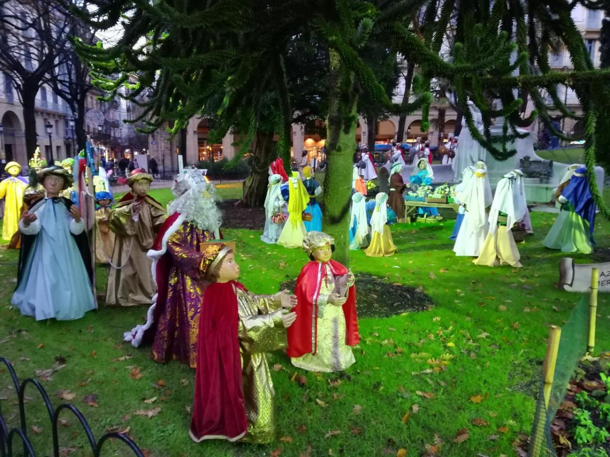 Exposition de crèches devant la Diputacion à Saint-Sébastien.jpg