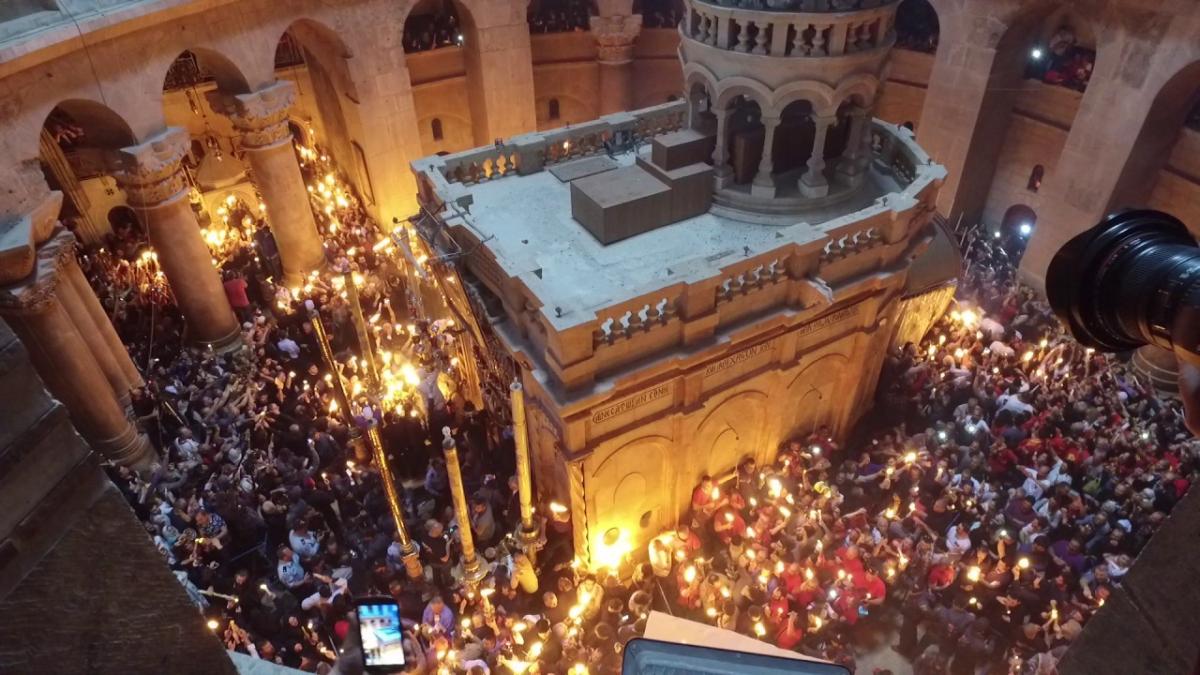 z1Le Feu sacré est transmis aux fidèles entourant la chapelle du St-Sépulcre.jpg