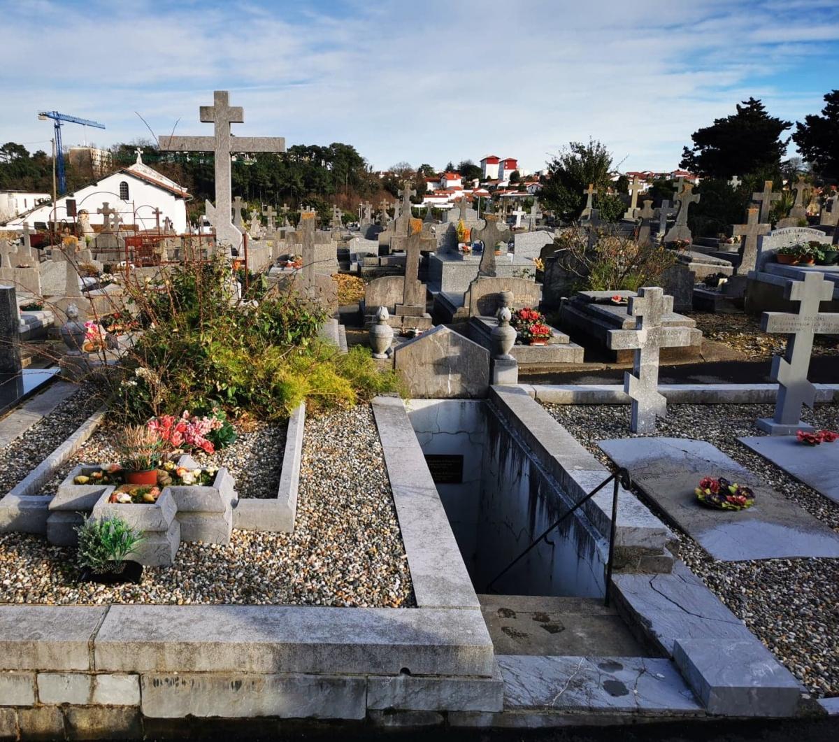 zzLe caveau des Oldenbourg parmi quelques tombes russes cimetière.jpg