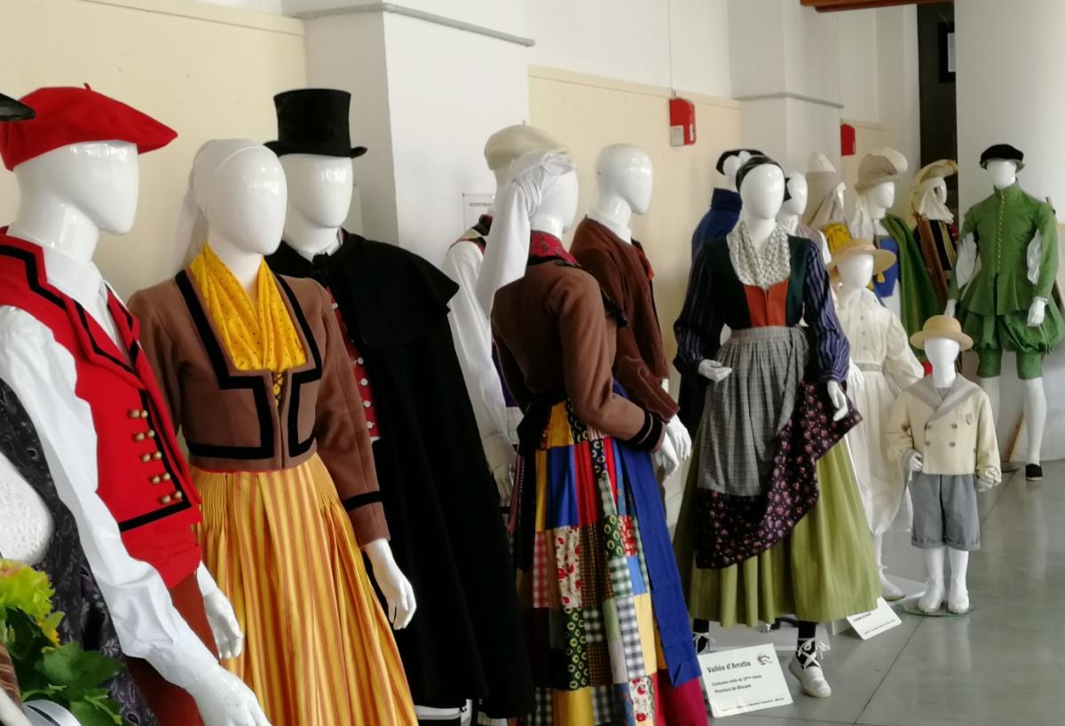 Costumes cie Matzuli EXPO CLOITRE DE BYE.JPG