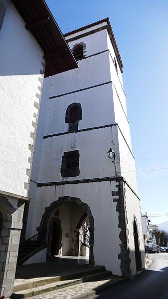 Le clocher de l'églis Saint-Vncent à Hendaye.jpg