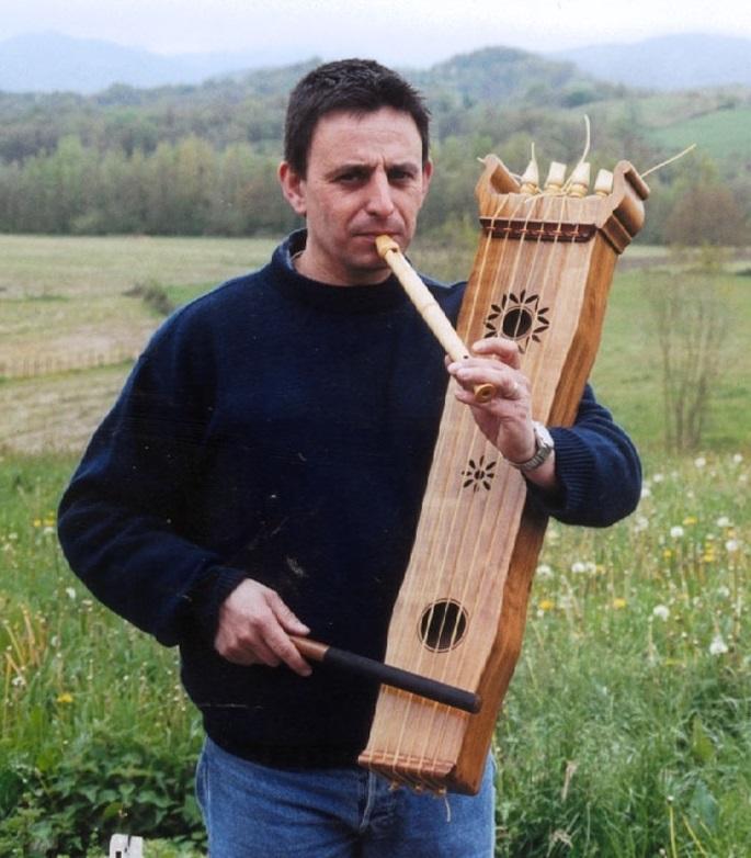 Le peintre et le luthier: magiques instruments de musique basques