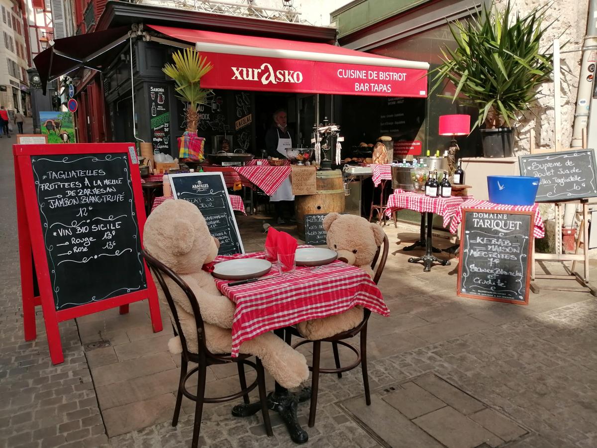 Bayonne : entre deux nounours conversant, les menus à emporter du restaurant XURASKO