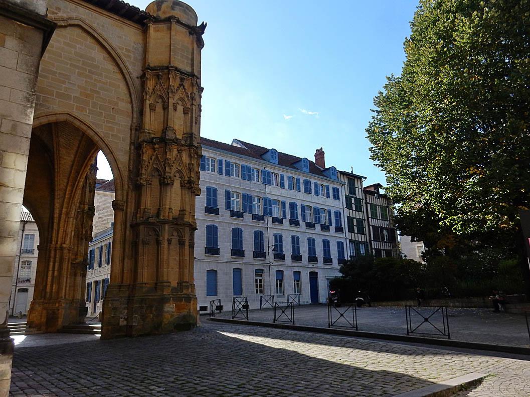 Bayonne : Bibles sous la stèle de l'UNESCO (porche de la cathédrale)