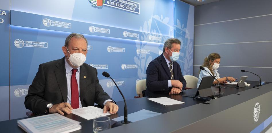 zActu2 le ministre de l'Économie et des Finances, Pedro Azpiazu, accompagné du porte-parole Zupiria et du ministre Sagardui, lors de la présentation du programme Euskadi Next.jpeg