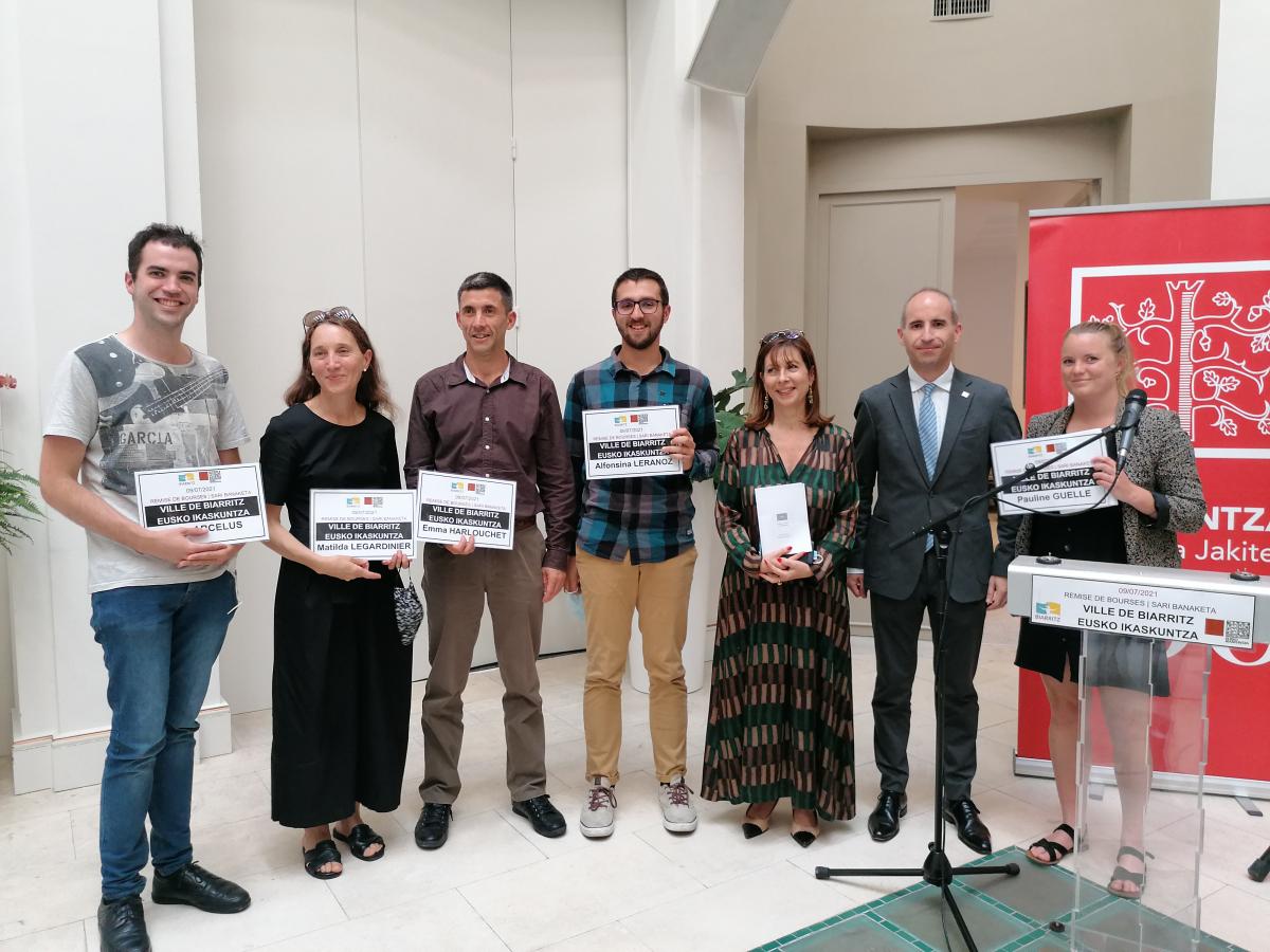 Les lauréats entourent Maider Arosteguy et Eguzki Urteaga.jpg