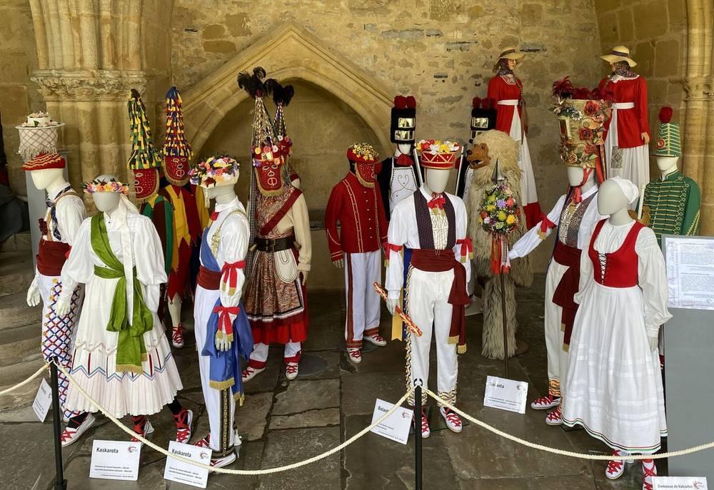 Bayonne : Quand la Cie Maritzuli fait danser ses costumes au Cloître de la Cathédrale
