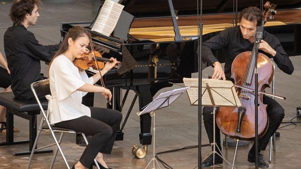 zMusique1 Kantorow la violonisteLiya Petrovaet le violoncellisteAurélien Pascal la_roque_dantheron_dts_christophe_gremiot.jpg