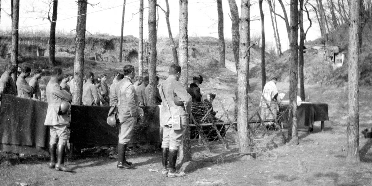 zHistoire1 zz  Messe pour le 23ème RI célébrée par un prêtre-soldat à Mailly (Champagne, fév. 1917).jpg