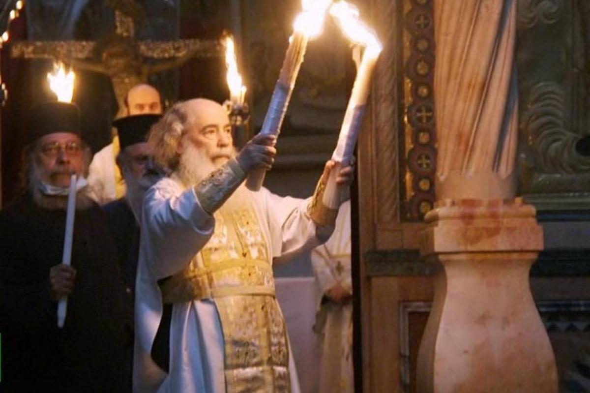 z2bas Patriarche Théophile III de Jérusalem distribue le Feu sacré aux officiants.jpg