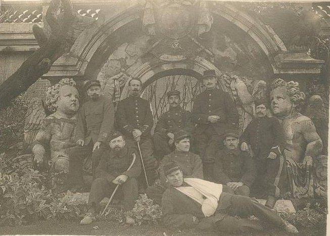 Groupe militaire blessés posant dvt Hôtel du Palais (guerre 1914-1918 hôpital provisoire).jpg