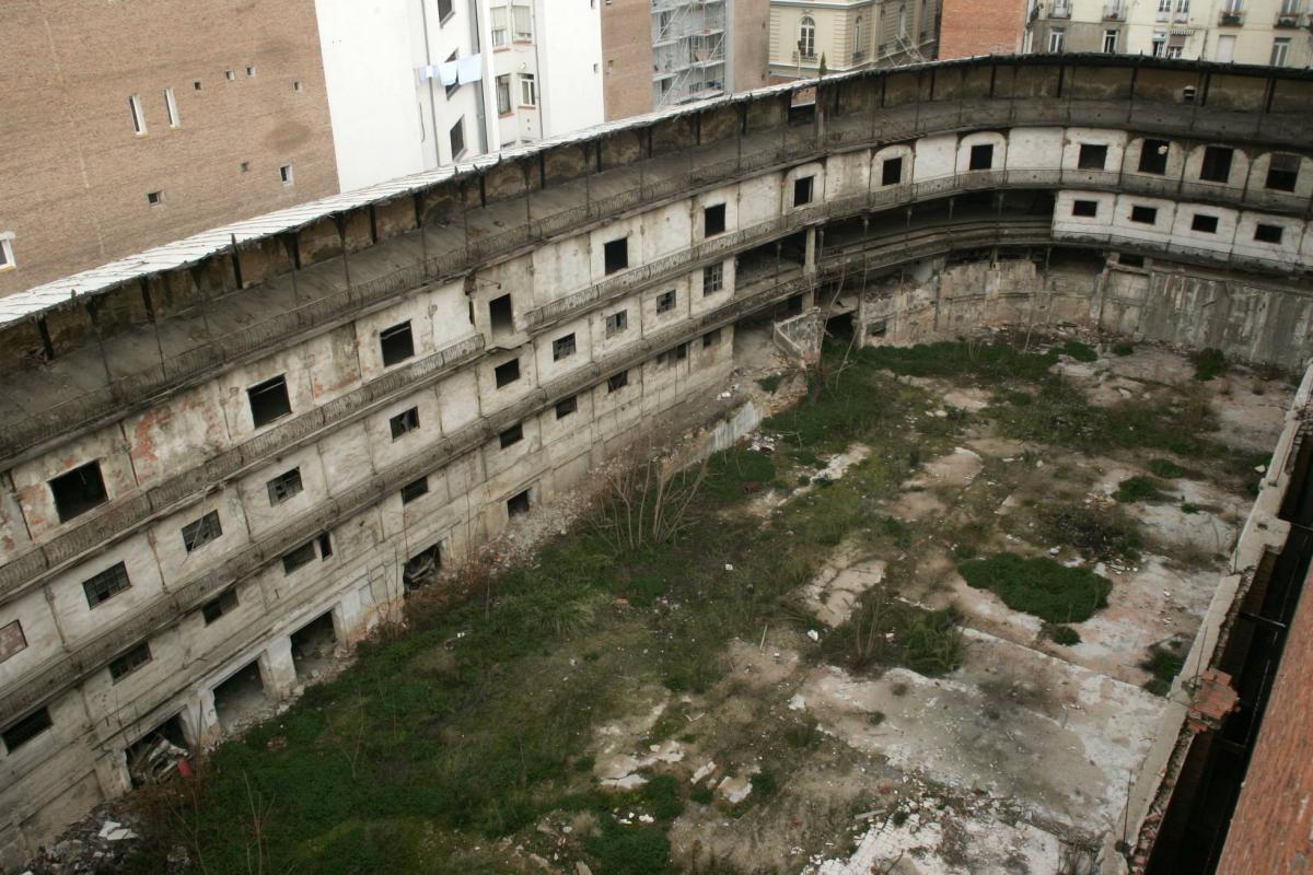 zPatrimoine L'état délabré du Mur à gauche Beti Jai de Madrid il y a une quinzaine d'années.jpg