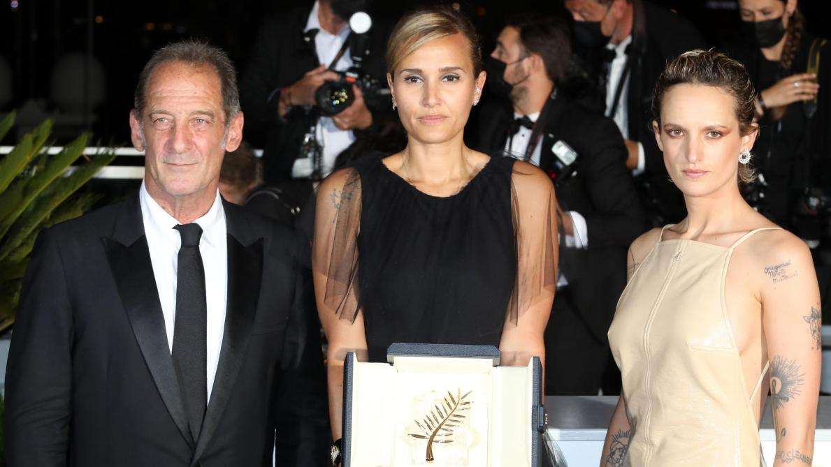 zCinéma1 La réalisatrice Julia Ducournau et Vincent Lindon et Agathe Rousselle -AFP.jpg