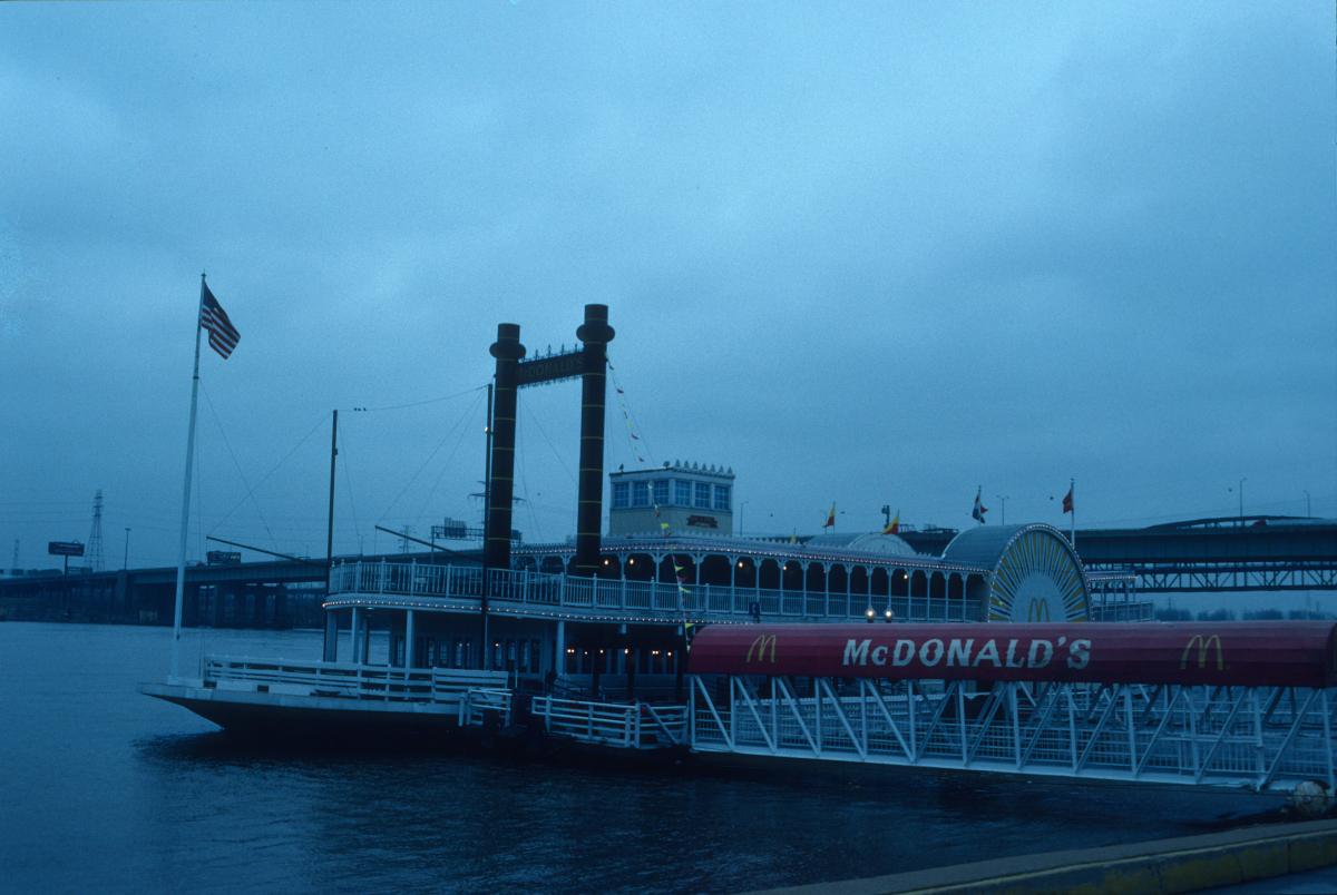 Restauration rapide certes, mais sur un bateau à aube sur le fleuve Mississipi, la saveur est différente!.jpg