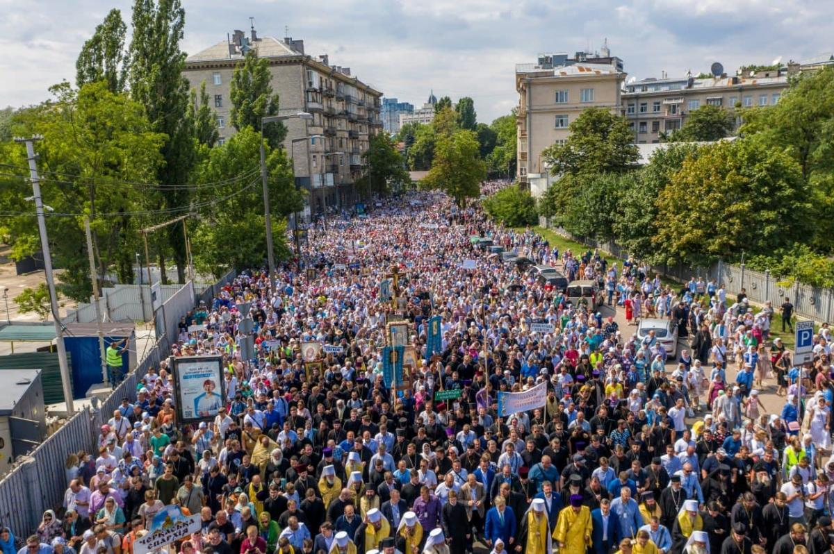 350 000 fidèles ont pris part à la procession.jpg