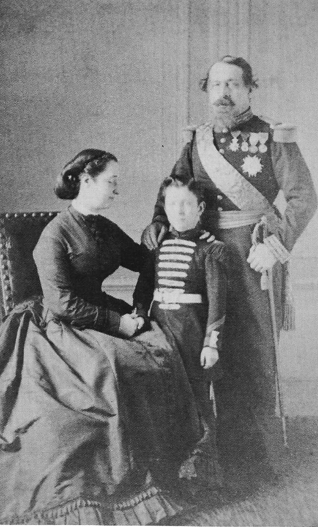 L'Impératrice entourée de son fils Louis et de son époux Napoléon III.jpg