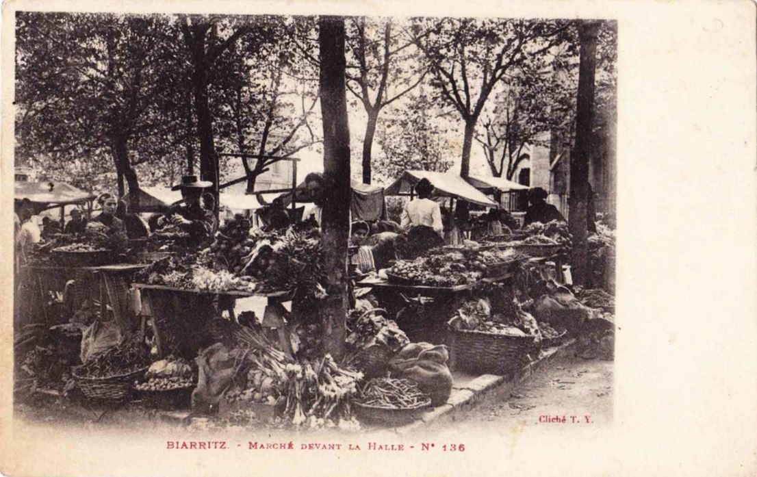 zHistoire2 MARCHE DEVANT LA HALLE BIARRITZ 1905.JPG