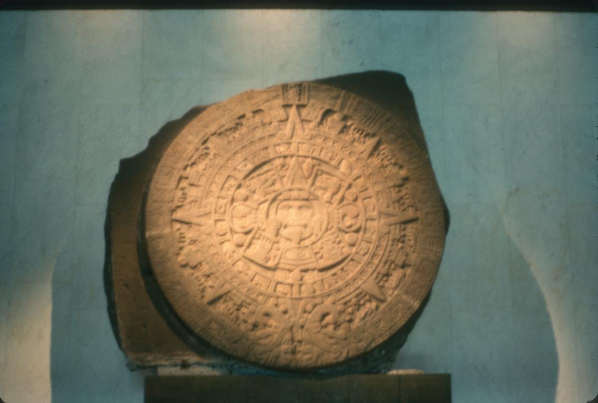 Calendrier aztèque au Musée national d'anthropologie de Mexico.jpg