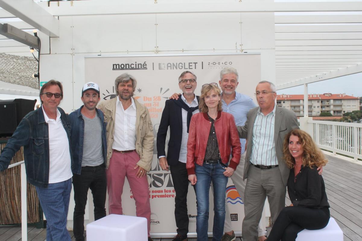 zCinéma2 Les acteurs du Chambre d'Amour Film Festival entourent le maire d'Anglet.jpg