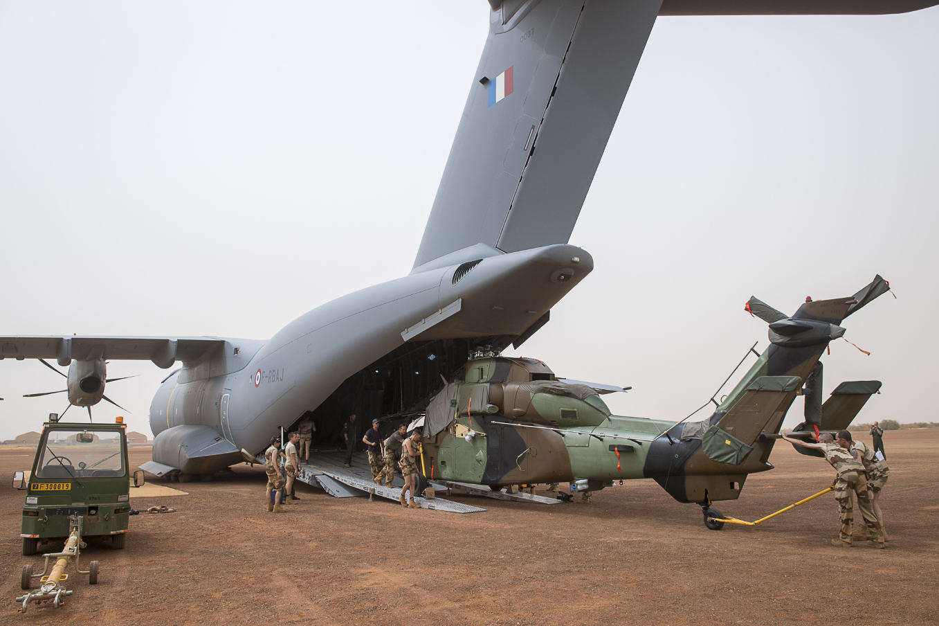 French A400M carries Tiger helo to Gao