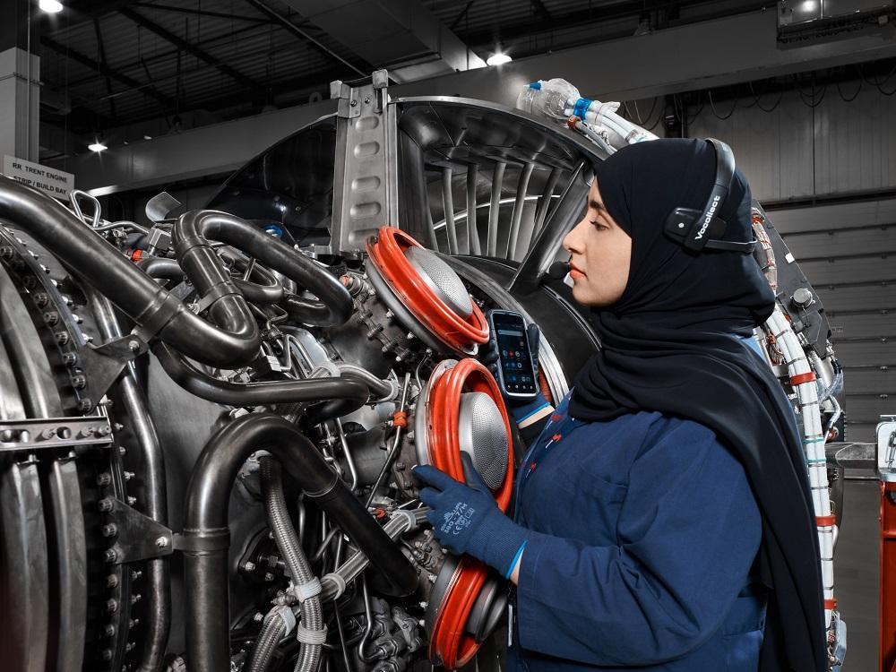 Sanad signs a one billion dirham agreement with Pratt & Whitney and International Aero Engines