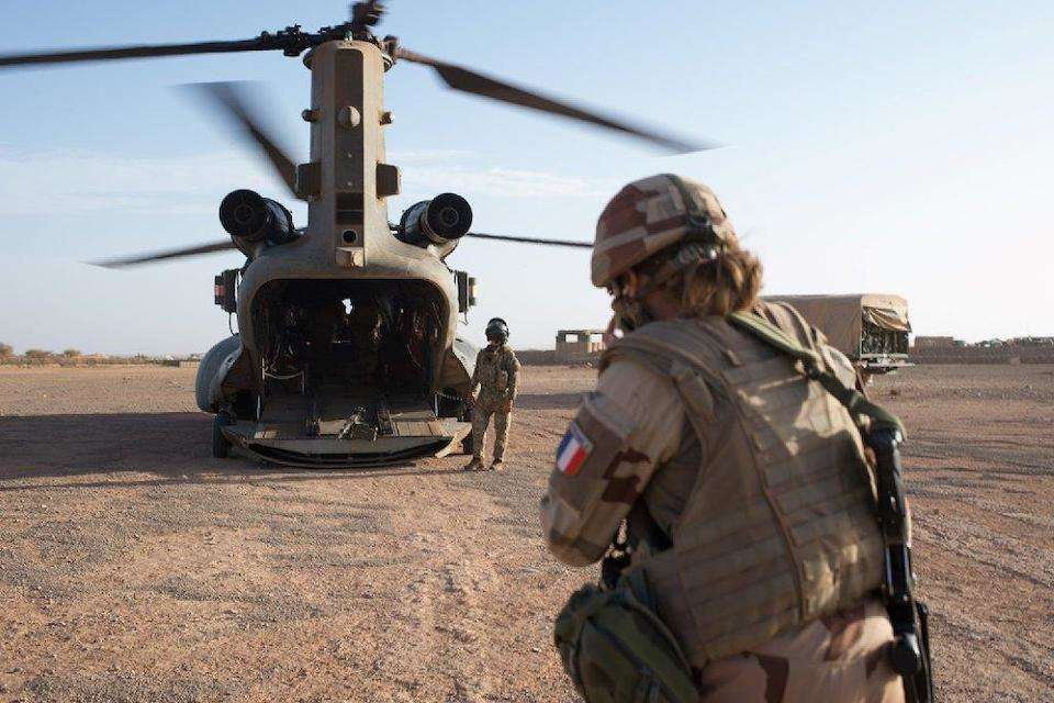 Extension of the British Chinhooks' mission in Mali