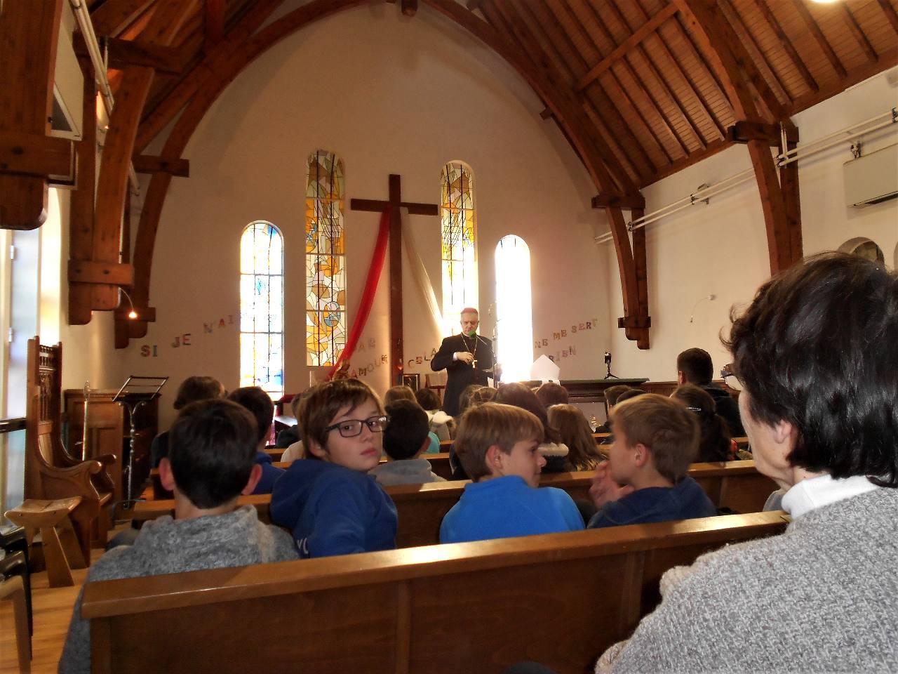 Rencontre avec Mgr Aillet qui a raconté aux enfants le cheminement de sa vocation