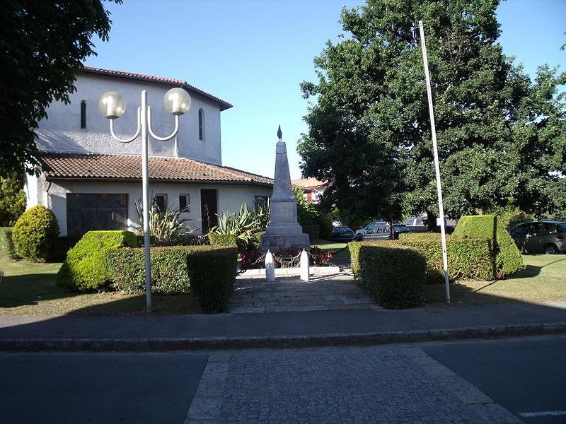 800px-Monument_aux_morts_d'Urt.jpg