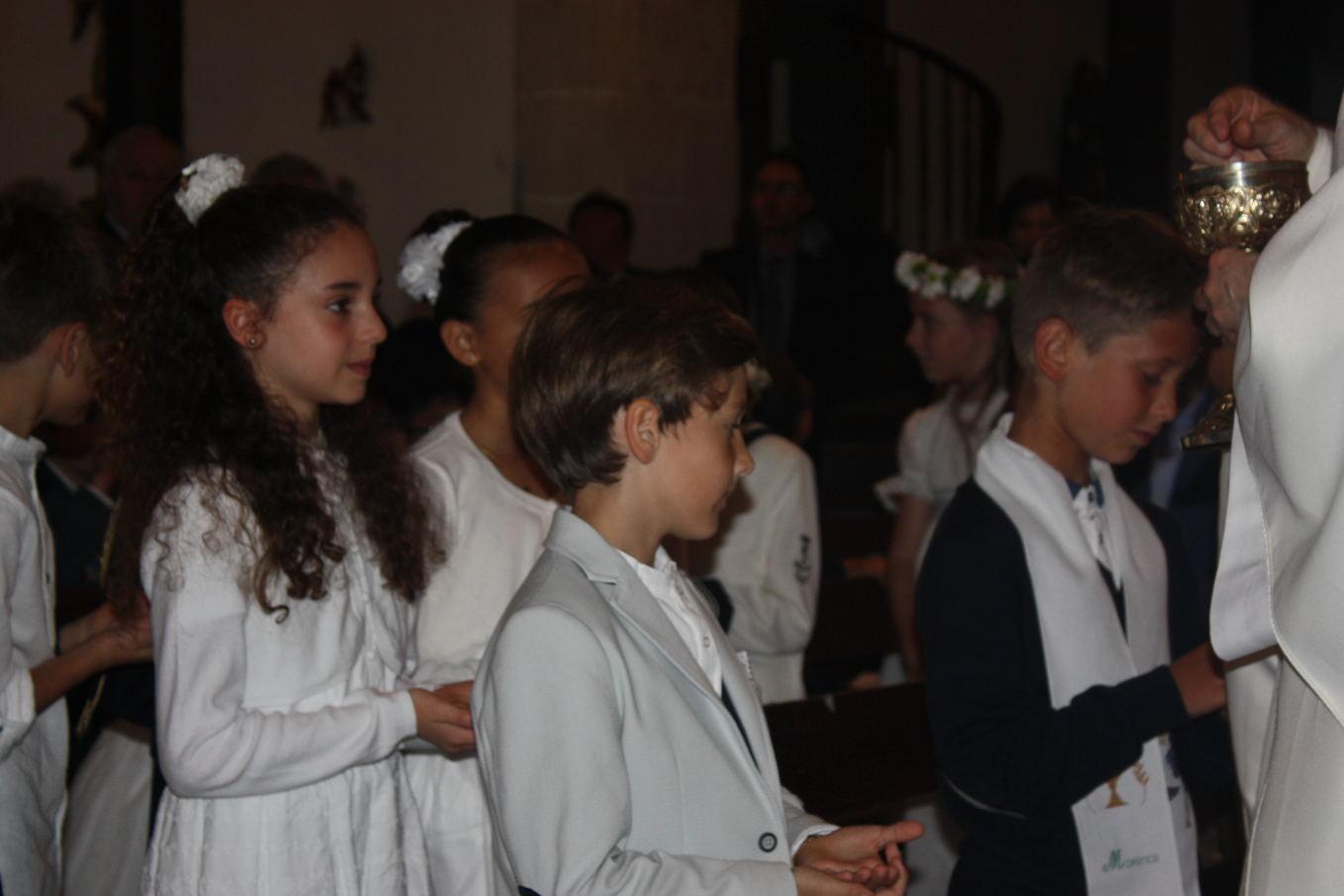 Maxence, nouveau fils de Dieu, communie avec ses camarades